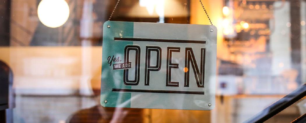Magasin boutique en ligne panneau ouvert